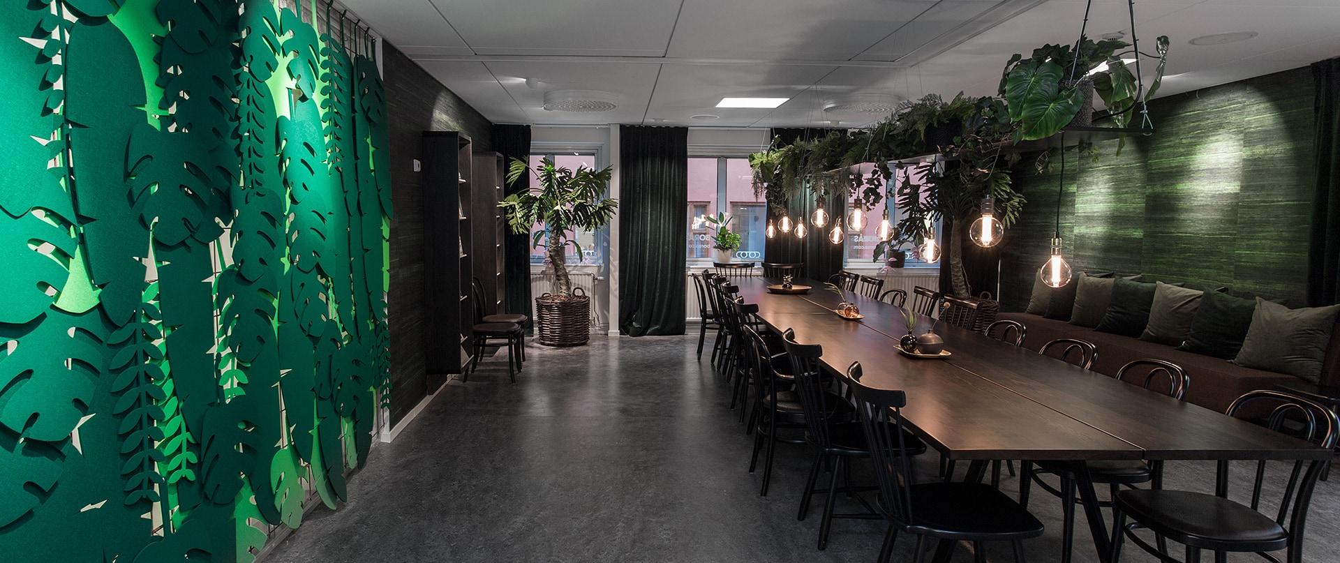 Stort och växtligt samlingsrum