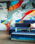 Soffa med väggmålning bakom