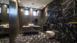 Modernt badrum i mörk sten