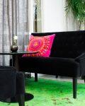 Svart soffa med rosa kudde hos H&M