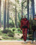 Två mannekänger framför tapet med skogsmotiv