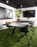 Konferensrum med grön heltäckningsmatta