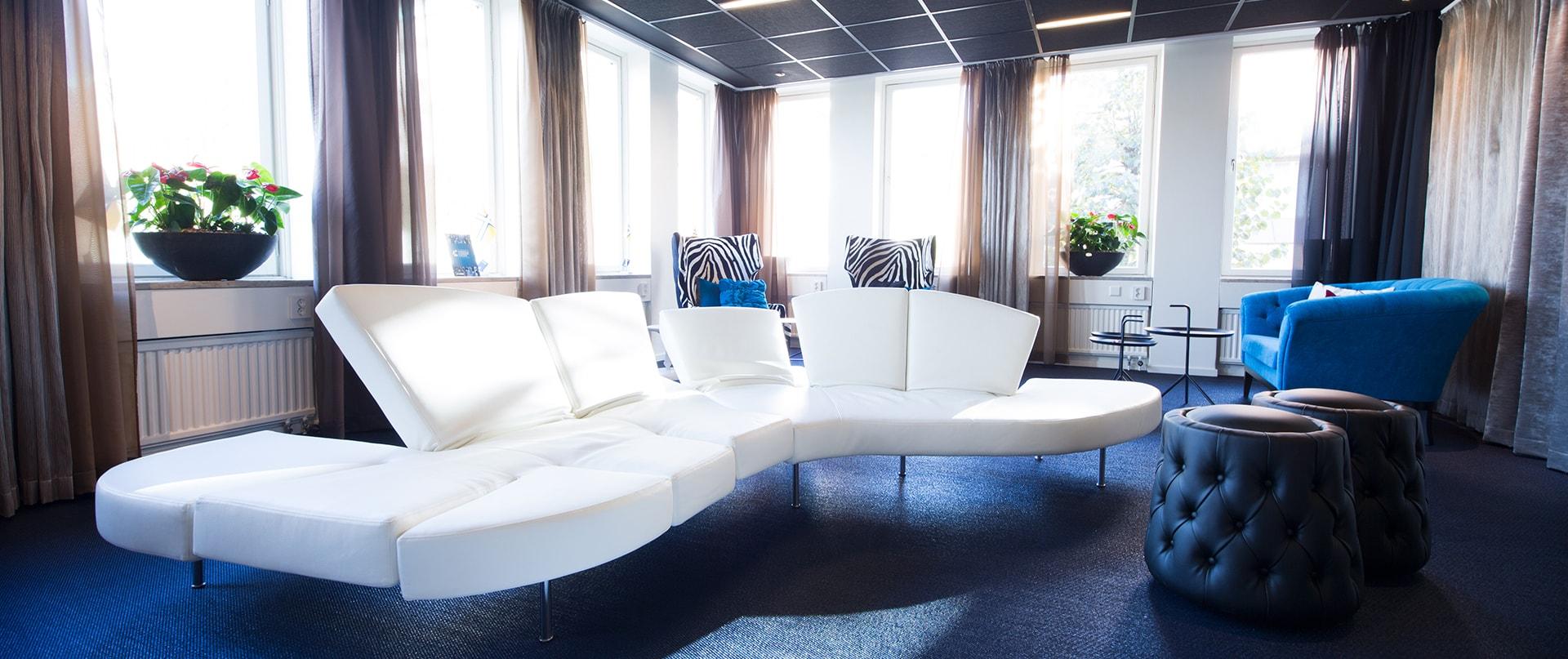 Vit soffa i loungemiljö hos Västsvenska Handelskammaren