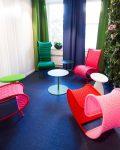 Unika och färgglada stolar i mötesplats