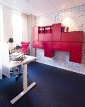 Fuschia-färgade skåp i kontor