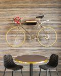 Mötesrum med elegant cykel på väggen