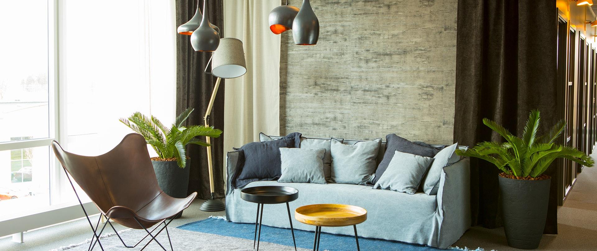 Lounge med soffa hos Wideco